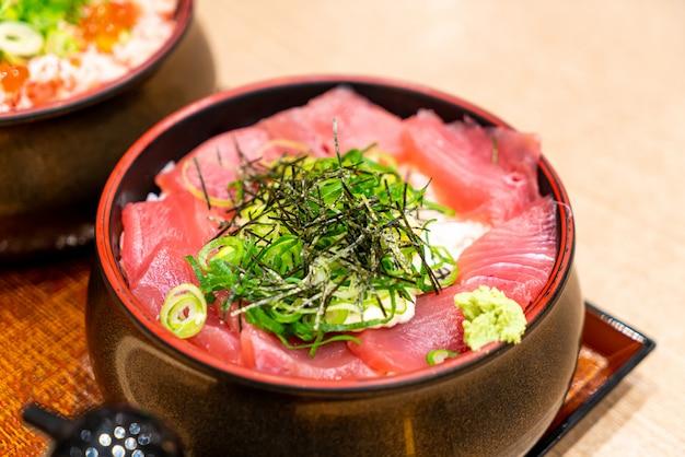 Свежего тунца сырого на топ рис японский донбури