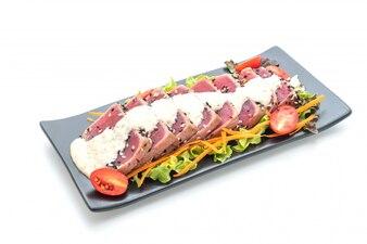 新鮮なマグロの野菜サラダとソース
