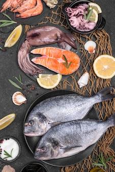 Свежие сырые морепродукты в различных тарелках