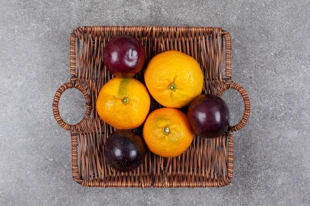 籐のバスケットに新鮮なさまざまな果物