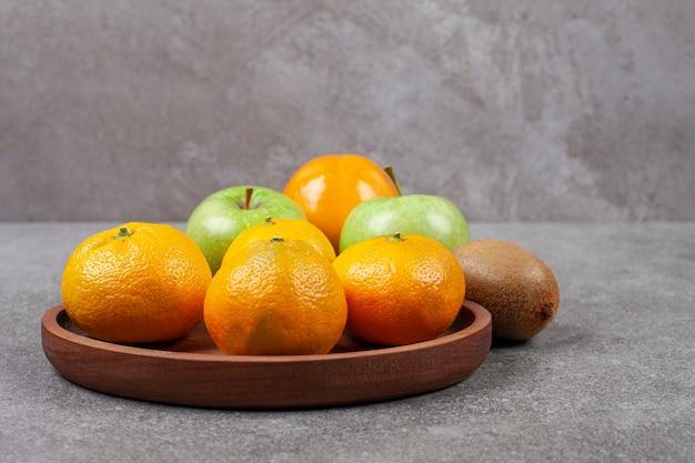 木製のキッチンボードに新鮮なさまざまな果物