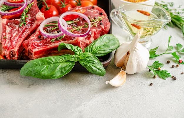 Свежие стейки из телячьих костей со специями, зеленью и маслом