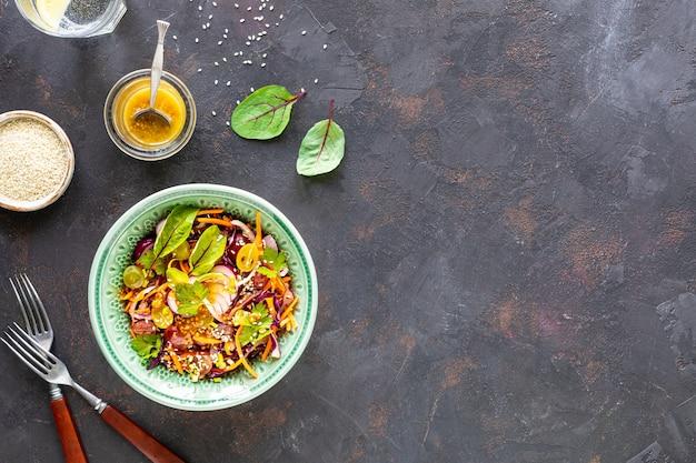 ボウルに新鮮な野菜とフルーツのサラダ