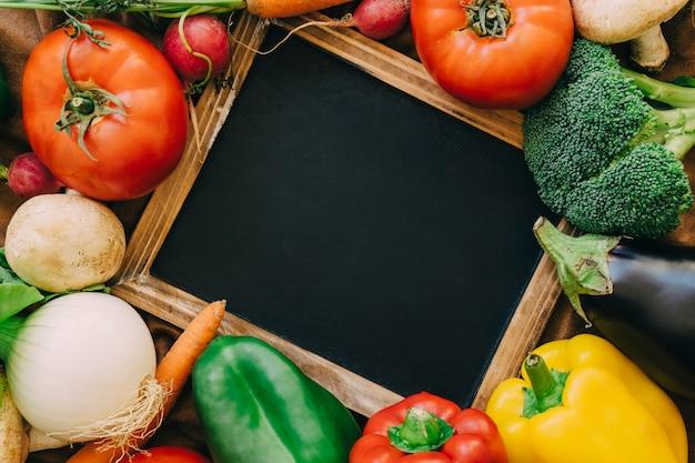 슬레이트와 신선한 야채 구성