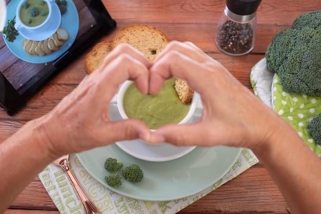 건강한 채식 영양의 브로콜리 개념으로 만든 신선한 야채 해독 수프