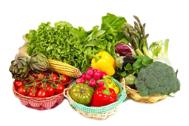 흰색 배경에 고립 된 신선한 야채