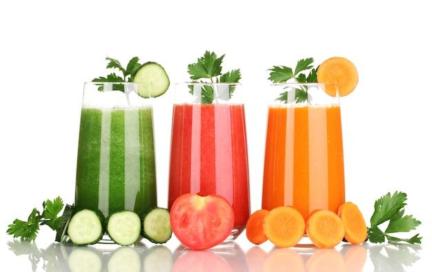 Свежие овощные соки, изолированные на белом фоне