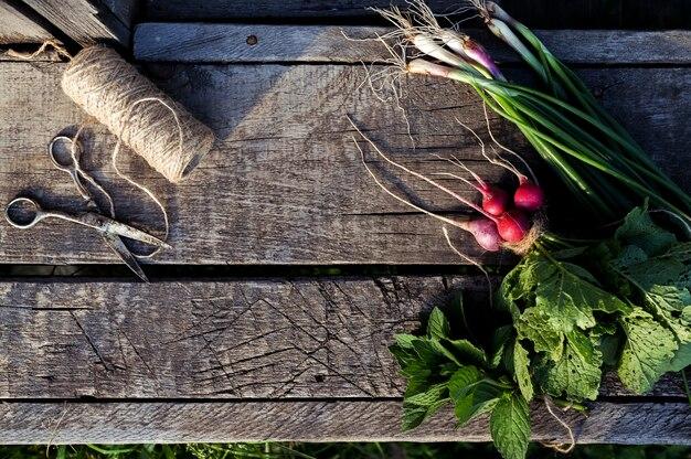 古い木製のテーブルでの新鮮野菜。食品の素朴な背景
