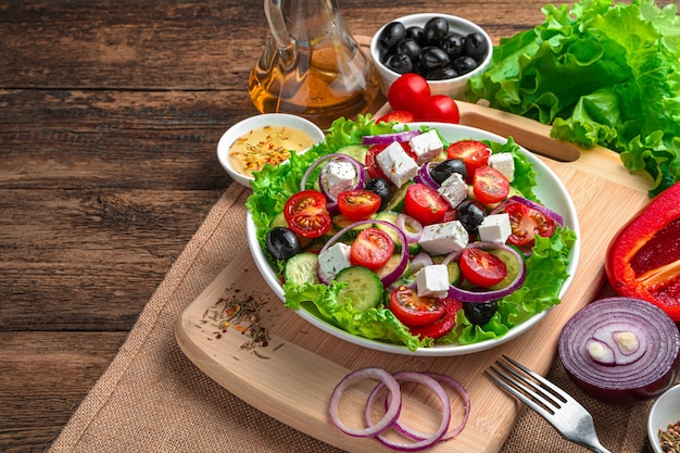 신선한 야채 샐러드. 나무 배경에 그리스 샐러드입니다. 복사 공간 측면보기.