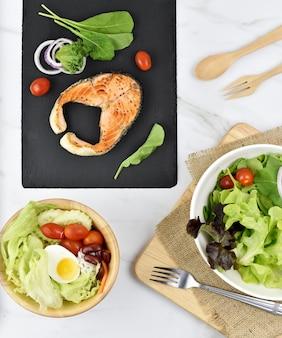 ヘルシーな新鮮な野菜サラダまたはダイエットメニュー