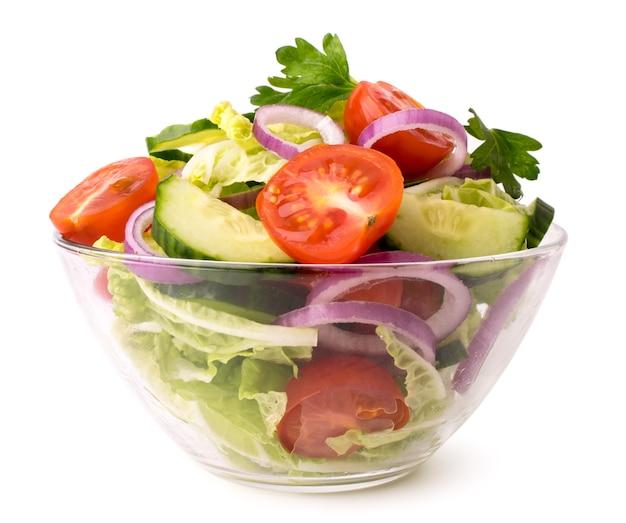 흰색에 유리 접시에 신선한 야채 샐러드를 닫습니다. 프리미엄 사진