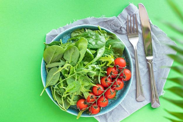 신선한 야채 샐러드 토마토 체리 야채 녹색 잎 믹스 그린 시금치 arugula 상추 건강 식품 mealn