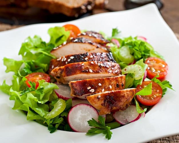 닭 가슴살 구이와 신선한 야채 샐러드.