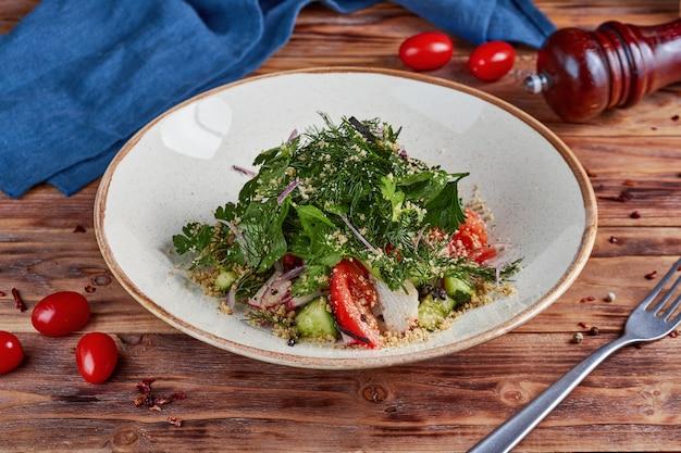 ナッツ、木製の新鮮な野菜サラダ