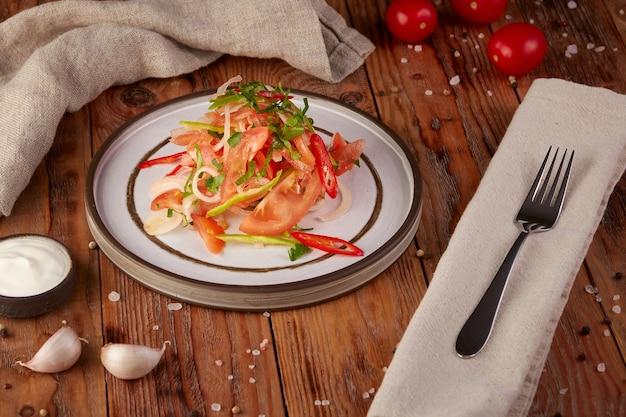 Салат из свежих овощей с маслом, деревянный фон