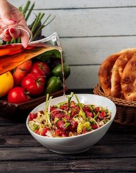 Insalata di verdure fresche con olio d'oliva