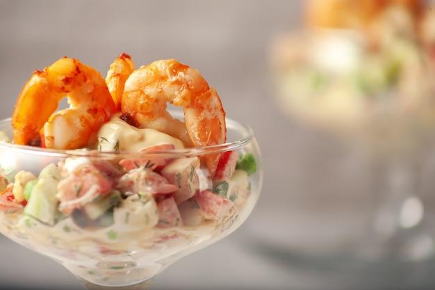 エビダイエット食品と新鮮な野菜サラダ