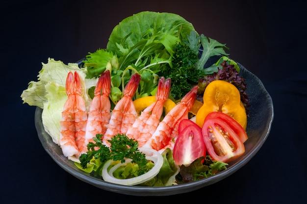エビのトッピングと新鮮野菜のサラダ