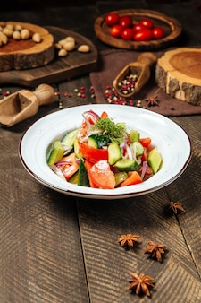 Салат из свежих овощей с помидорами и огурцами
