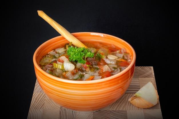 玉ねぎ、セロリ、トマトの新鮮な野菜スープ