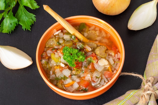 양파, 셀러리, 토마토가 들어간 신선한 야채 스프