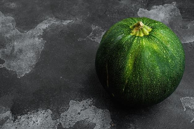 검은색 석재 테이블 배경에 있는 신선한 야채 호박 세트, 텍스트 복사 공간