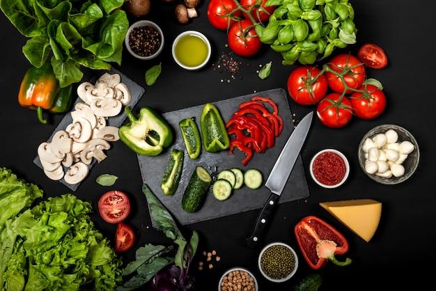 黒い表面に新鮮な野菜とチーズ