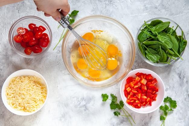 Свежие овощи и яйца в мисках