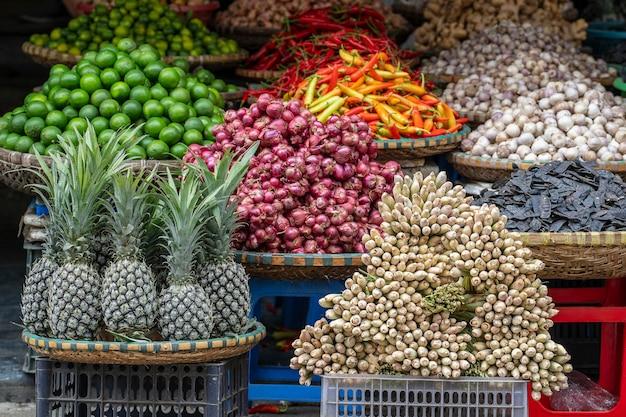 베트남 하노이 구시가지의 길거리 음식 시장에서 신선한 야채와 과일을 판매하고 있습니다. 확대
