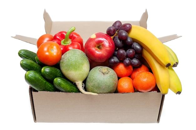 흰색 바탕에 골 판지 상자에 신선한 야채와 과일