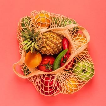 バッグメッシュの新鮮な野菜や果物、上面図。