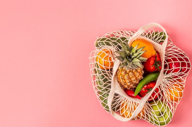 バッグメッシュ、上面図の新鮮な野菜や果物。