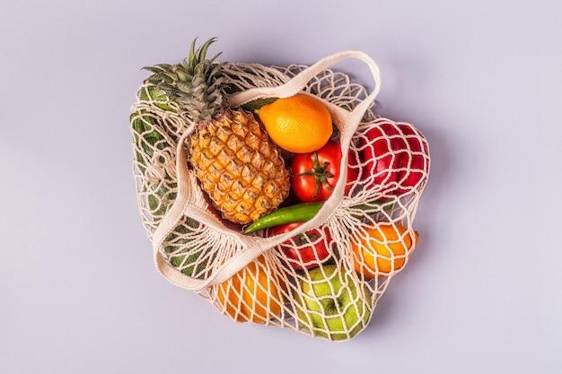 バッグメッシュの新鮮な野菜や果物