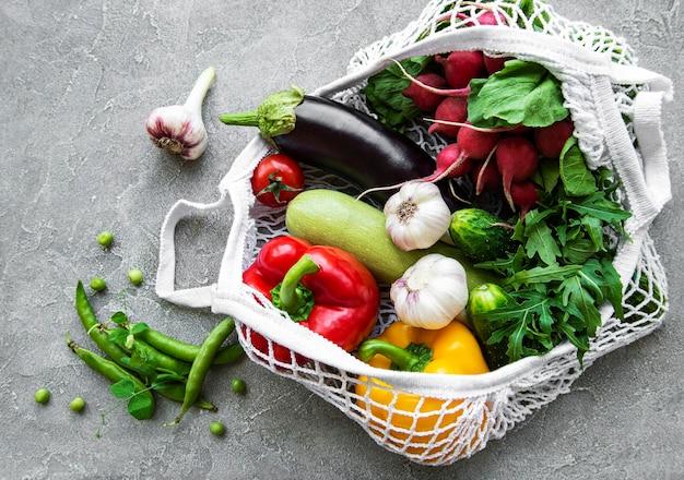 エコストリングバッグに入った新鮮な野菜と果物