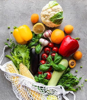 ストリングバッグに入った新鮮な野菜や果物