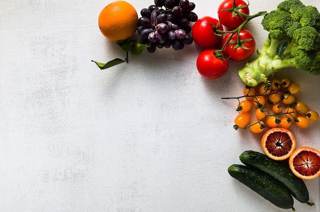 新鮮な野菜や果物の白いキッチンテーブル。スーパーマーケット、生鮮食品店、配達の背景。