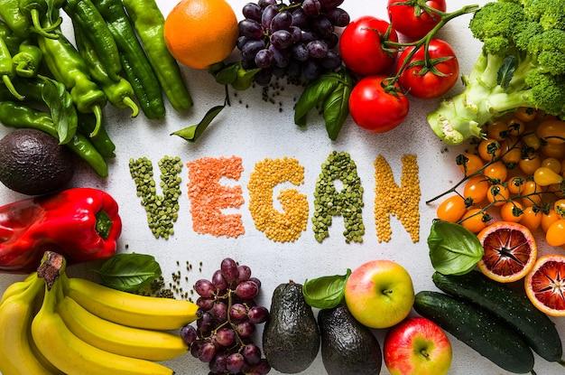 新鮮な野菜や果物の白いキッチンテーブル。