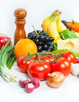 白い表面に新鮮な野菜や果物