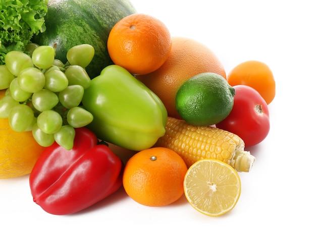 白の新鮮な野菜と果物