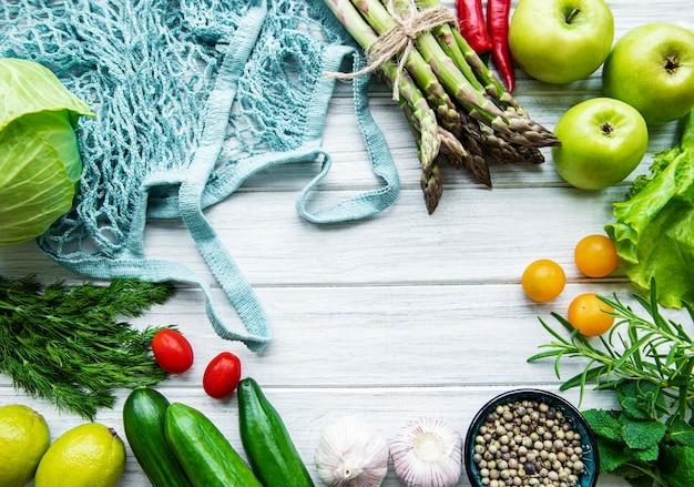 끈 가방과 신선한 야채와 과일