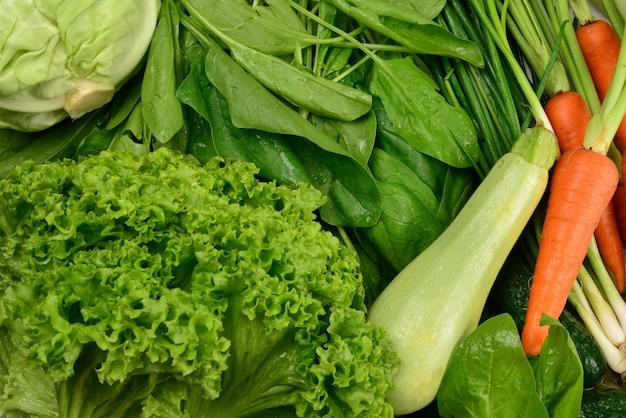 新鮮な野菜やハーブを壁に。