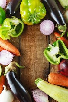Свежие овощи и ингредиенты для приготовления на винтажной разделочной доске