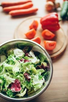 신선한 야채와 샐러드 나무 식탁 근접 촬영에 아무도. 건강한 다이어트 음식. 채식 요리 재료