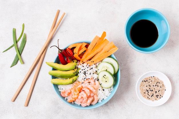 Свежие овощи и лосось для суши