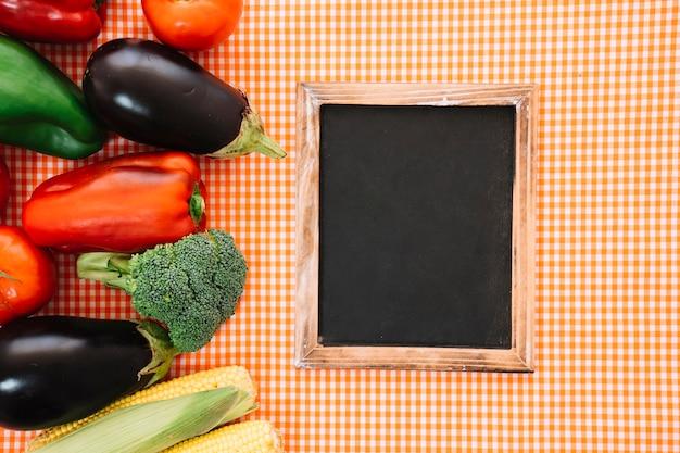 천에 신선한 야채와 슬레이트