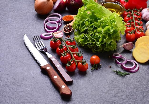 灰色の石の背景に新鮮な野菜やスパイス