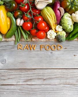 古い木製のテーブルに新鮮な野菜と木製の文字