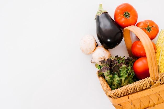Verdure fresche in cesto