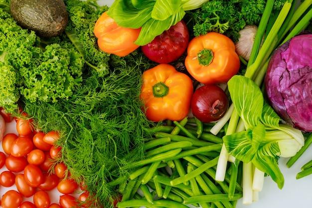 Свежие овощи для приготовления полезного салата. концепция диеты.