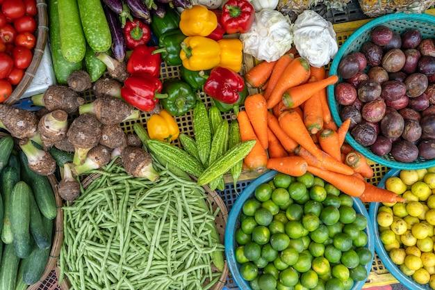 Свежие овощи для продажи на уличном продуктовом рынке в старом городе ханоя
